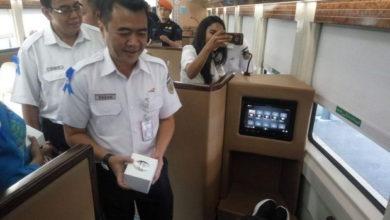 Photo of Hari Pelanggan Nasional, PT KAI Bagi-bagi Ratusan Suvenir