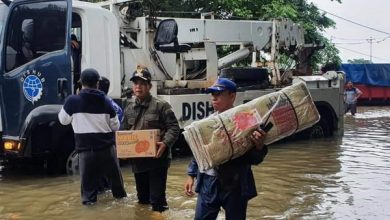 Photo of Wali Kota Jakbar Rustam Effendi Turun Langsung Bantu Korban Banjir