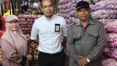 Photo of Harga Bawang Putih Melonjak di Pasar Induk Kramat Jati