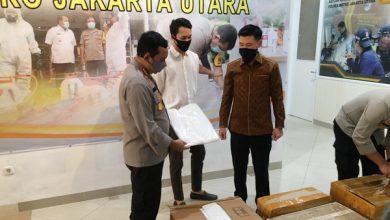 Photo of Anggota Komisi C DPRD Distribusikan Bantuan APD ke Polres Jakarta Utara